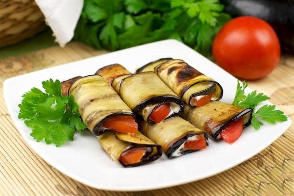 Рецепт Жареные рулетики из баклажанов с помидорами и чесноком