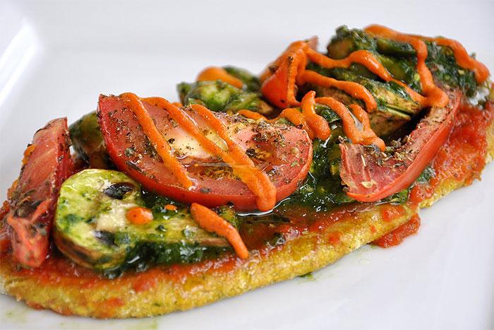 Рецепт Салат из тушеных в вине шампиньонов со свежими помидорами