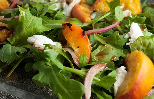 Рецепт Салат из курицы с жареными персиками