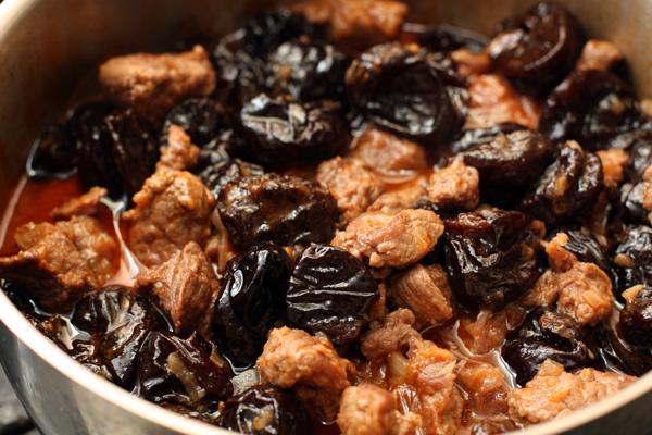 Тушеная свинина с черносливом в арманьяке