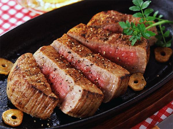 Как правильно жарить стейк из говядины на сковороде гриль дома