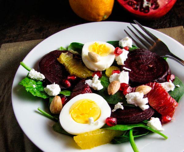Рецепт Яичный салат со свеклой, гранатом, апельсином и сыром