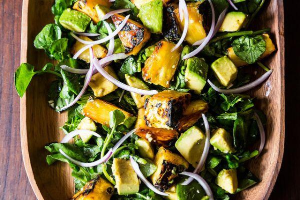 Рецепт Кубинский салат с ананасом и авокадо