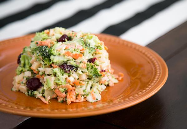 Рецепт Салат из брокколи с яблоками и грецкими орехами