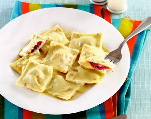 Рецепт Итальянские равиоли со свеклой в соусе из горгонзолы