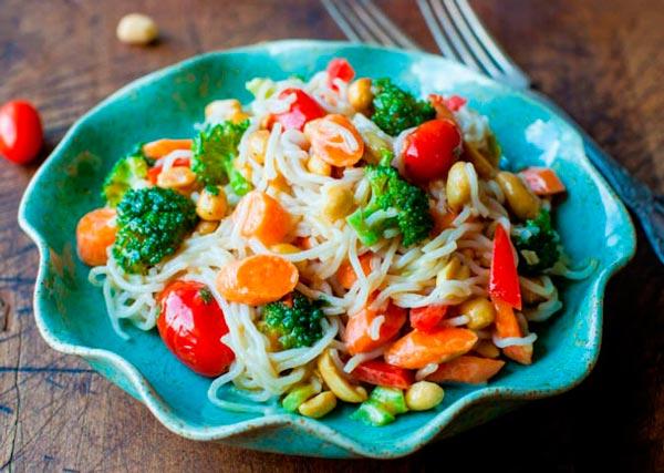 Рецепт Китайская рисовая лапша с овощами и арахисом