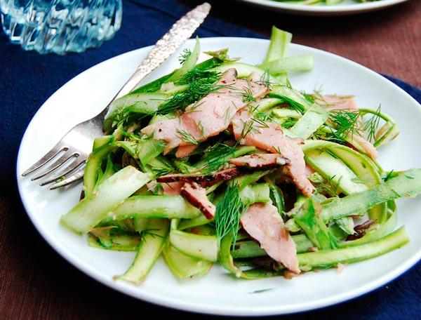 Рецепт Испанский салат с ветчиной и свежей спаржей
