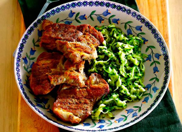 Рецепт Свинина на гриле с салатом из цукини