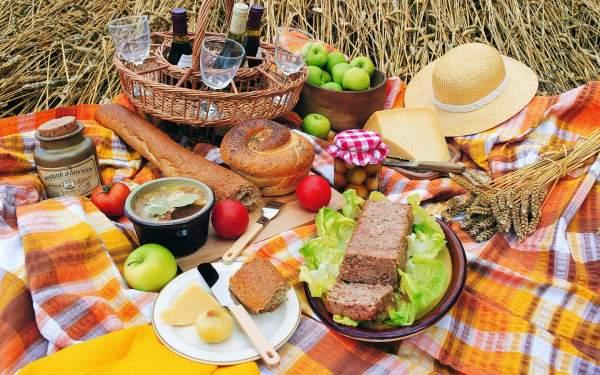 Подготовка набора к семейному пикнику на природе