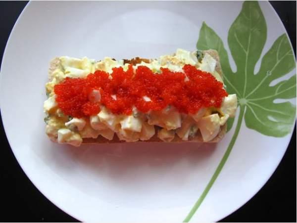 Салат с  икрой красной и яйцами