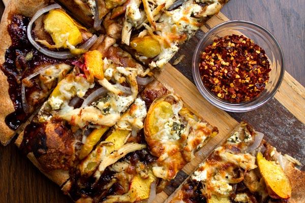 Рецепт Сладкая пицца с курицей, персиками и бальзамическим соусом