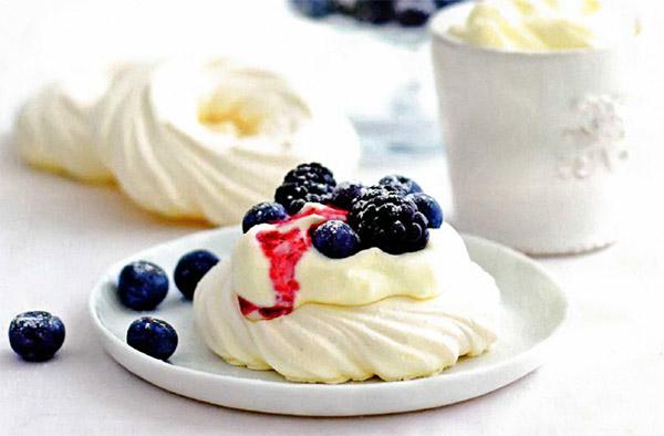 Рецепт Пирожные безе «Павлова» с розовой водой и лесными ягодами. Приготовление   блюда