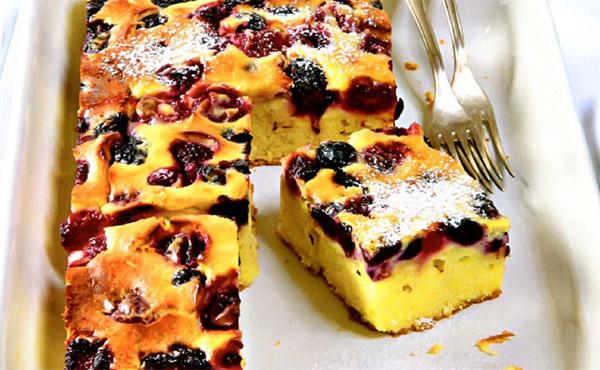 Рецепт Вкусный быстрый творожный пирог простой с вишней и ежевикой