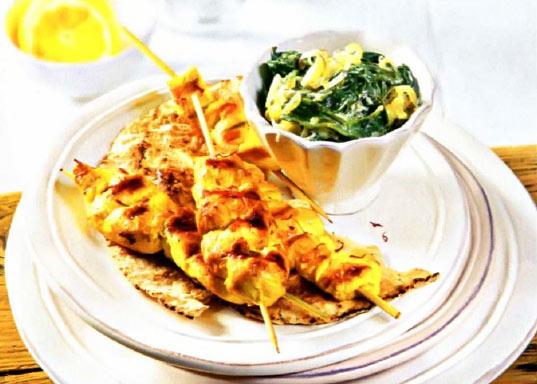 Рецепт Куриные шашлычки на шпажках с витаминным салатом из шпината с йогуртом