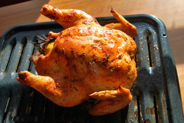 Курица запеченная с лимоном и розмарином в ростере