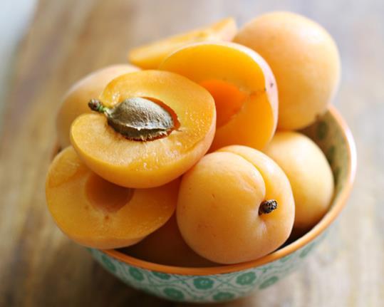 Салат с абрикосами на гриле и горгонзолой