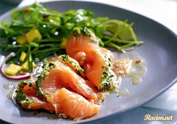 Рецепт Соленый лосось с салатом из рукколы и манго