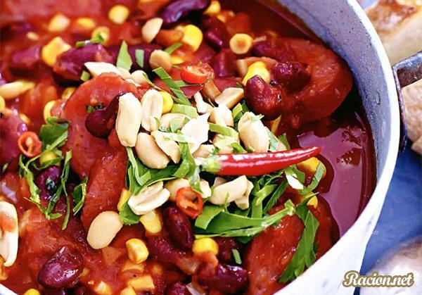 Рецепт Быстрый чили с колбасками, томатами и арахисом