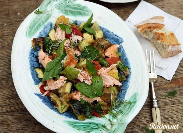 Рецепт Салат из печеных овощей с лососем