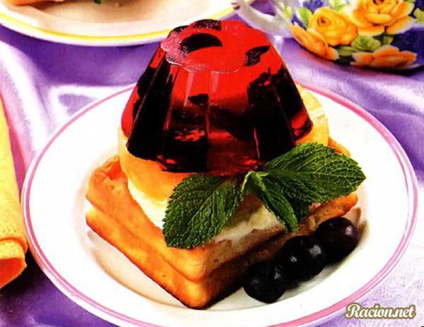 Рецепт Домашнее желе из красной смородины, малины и черники с вафлями