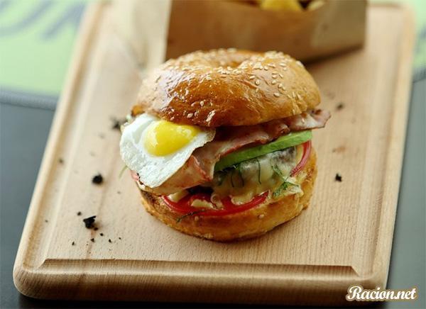 Рецепт Бургер с авокадо и перепелиным яйцом