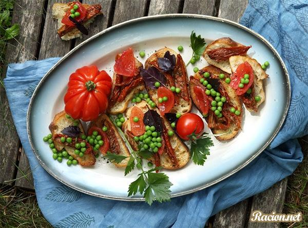 Рецепт Брускетта с зеленым горошком и томатами