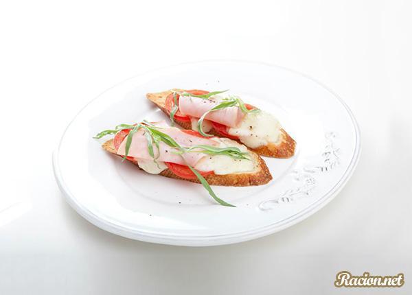 Рецепт Брускетта с помидорами, моцареллой и ветчиной