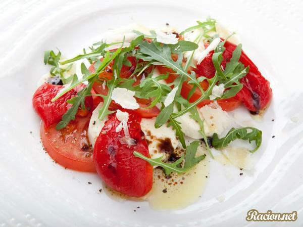 Рецепт Капрезе с печеными перцами и руколой