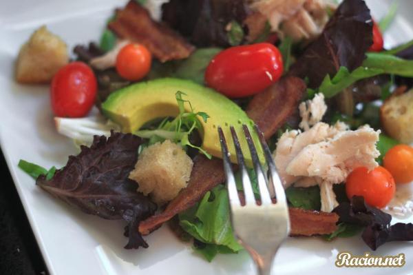 Рецепт Простой салат с курицей и сухариками