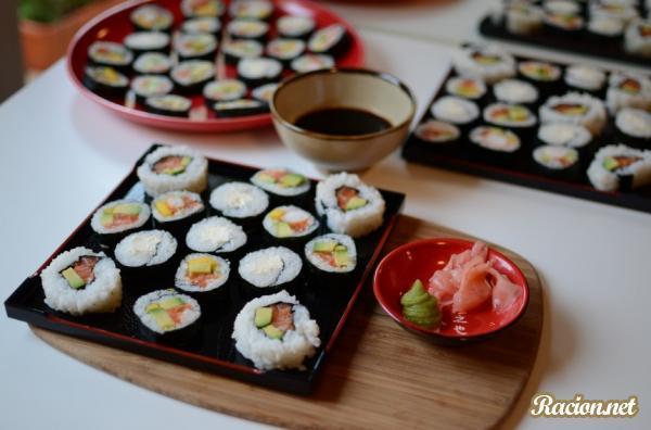 Рецепт Суши роллы с креветками, лососем и авокадо