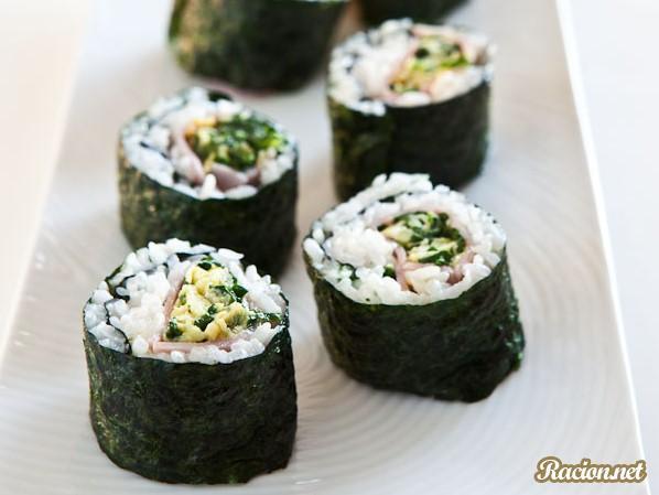 Рецепт Суши с ветчиной и омлетом со шпинатом