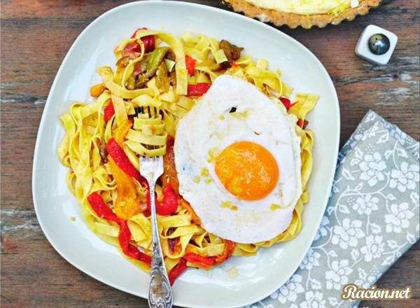 Рецепт Паста с перцем и утиными яйцами на сковороде
